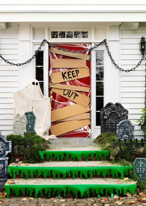 DIY Halloween outdoor decoration - Keep Out Door cheap & easy
